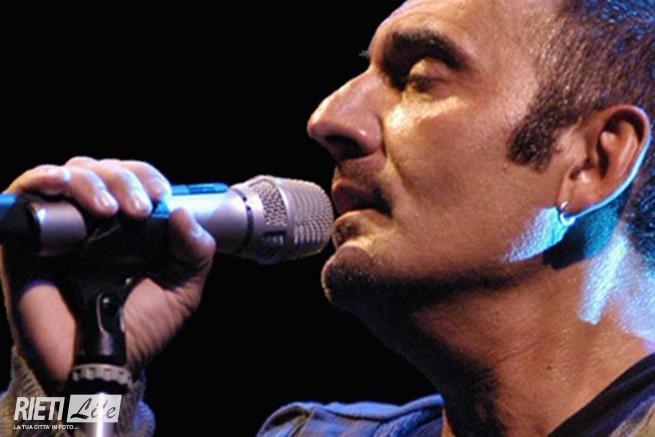 Suonò anche a Rieti, Pino Mango, morto ieri sera per un infarto mentre si esibiva nella sua Lucania, in provincia di Matera. Era il 22 luglio 1999, ... - mango3-655x437